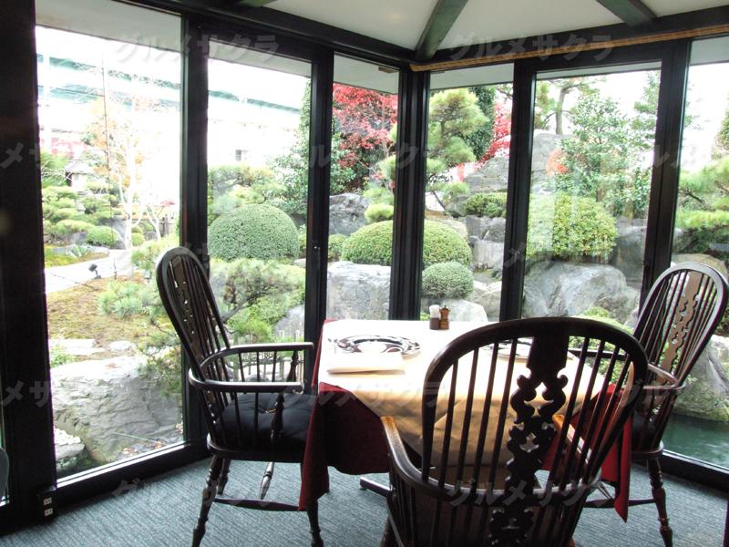 日本庭園を眺めながらお食事を愉しめる
