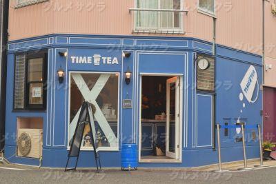 ブルーの外壁を背景にドリンクの写真を撮ろう!