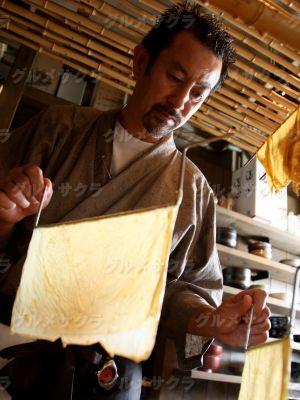名物の湯葉は店内の湯葉工房で手作り